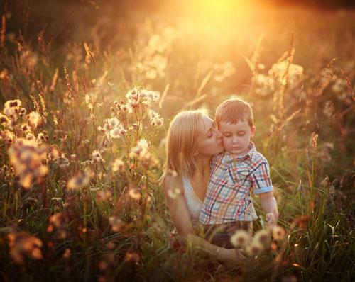 семейная фотосессия на природе: идея в траве