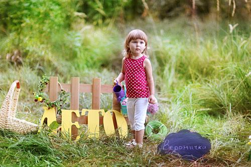 семейная фотосессия на природе: красивая идея с буквами