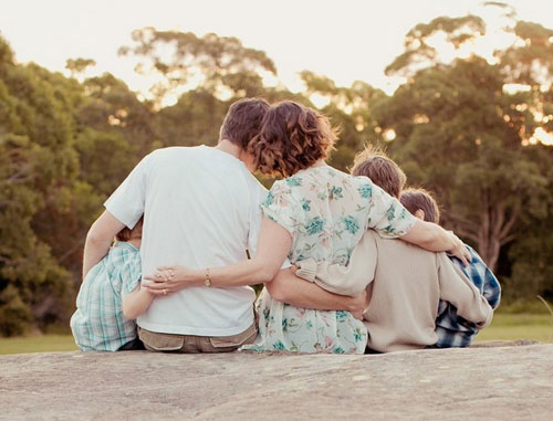семья сидит обнявшись - идея для фото