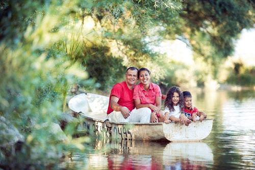 семейная фотосессия летом на лодке