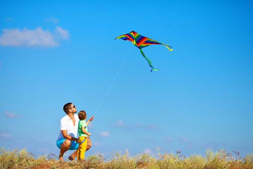 семейная фотосессия летом: запуск воздушного змея