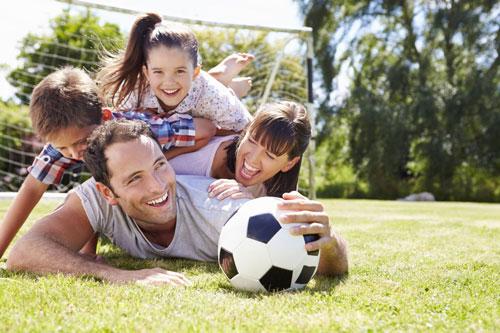семейная фотоссесия летом: игры с мячом