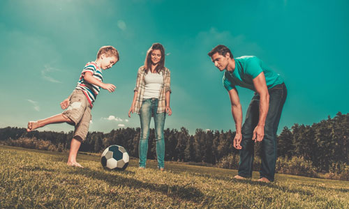 семейная фотоссесия: игры с мячом