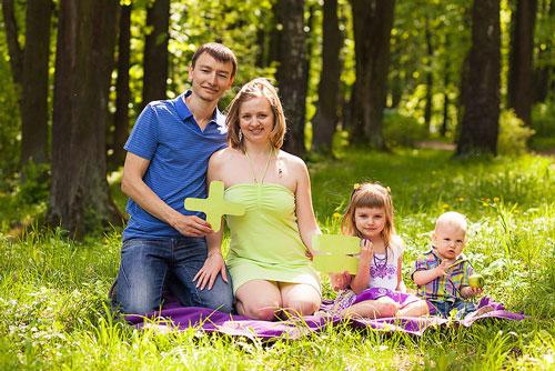 идеи семейной фотосессии на лесной полянке