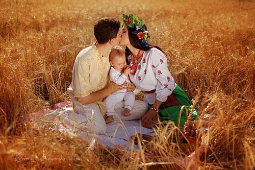 идеи для семейной фотосессии в поле пшеницы