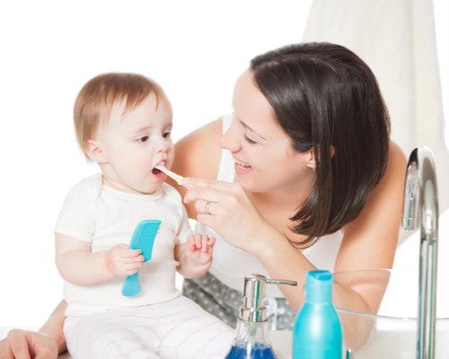 Правильно чистить зубы детям
