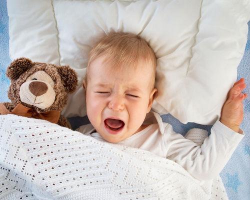 Когда начинать бить тревогу, если ребенок смеется во сне