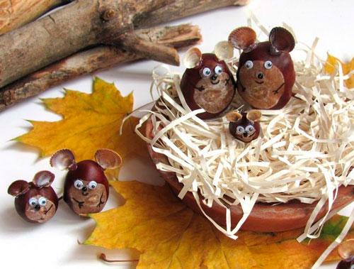 Поделка семья медведей из каштанов