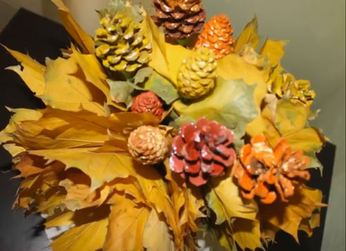 Красивые поделки из шишек и листьев