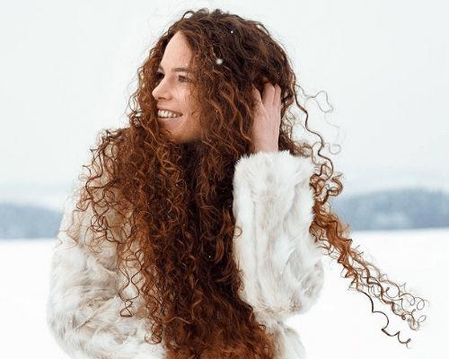 Удод за сухими волосами зимой