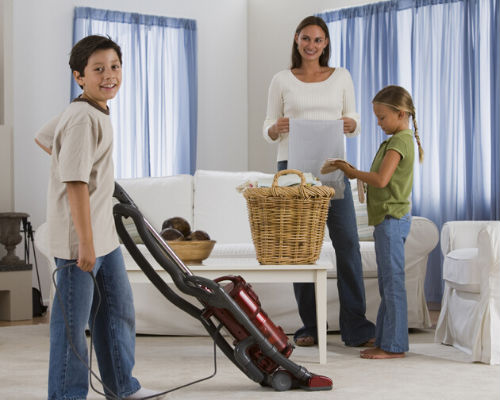 Как заставить детей помогать родителям по дому