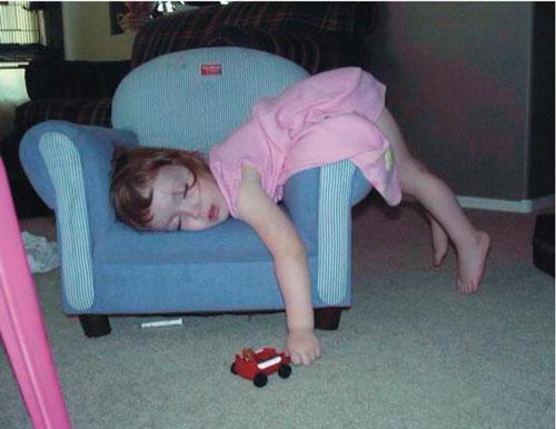 девочка уснула на кресле