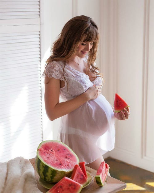 Фотосессия беременных в студии идеи для вдохновения 7
