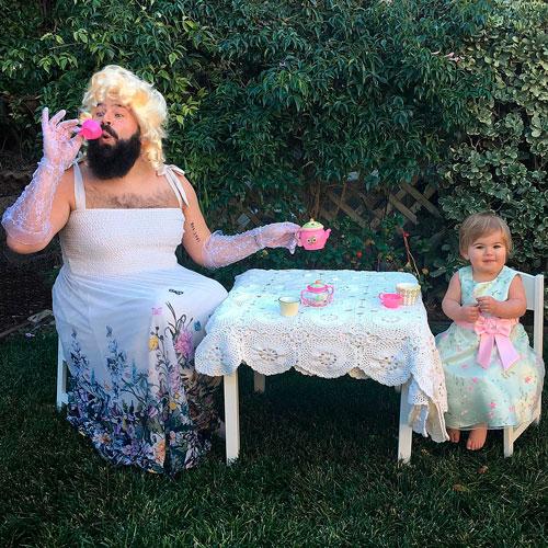 папа с дочкой пьют чай