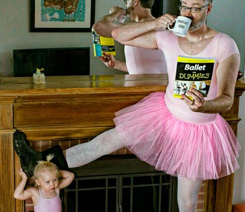 папа и дочка пьют чай