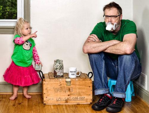 папа и дочь пьют чай
