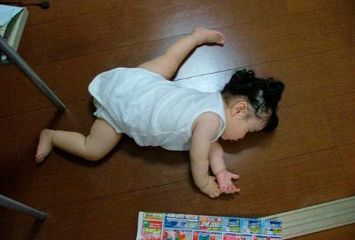 ребёнок уснул на полу
