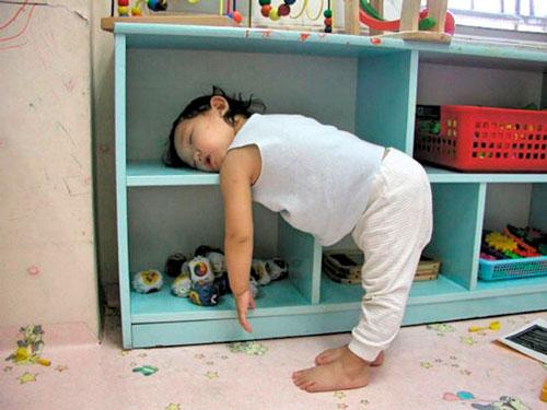 ребёнок уснул у шкафа