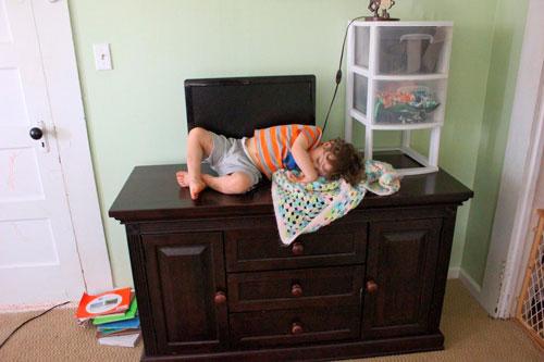 ребёнок уснул на комоде
