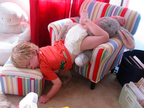 ребенок уснул на кресле