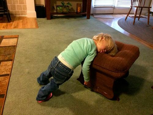 ребенок уснул около кресла