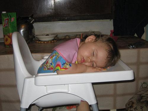 ребёнок уснул на стуле
