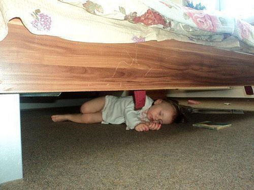 ребёнок уснул под кроватью