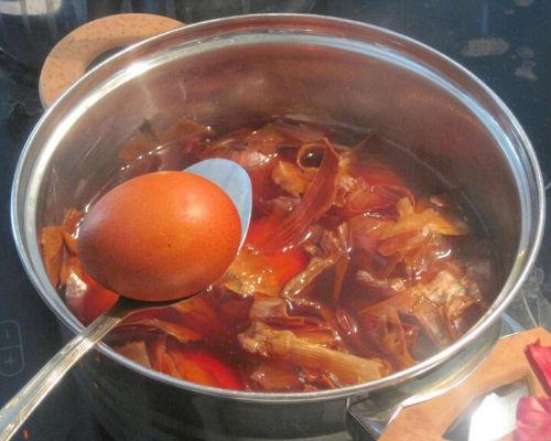 Красим яйца на Пасху в разные цвета