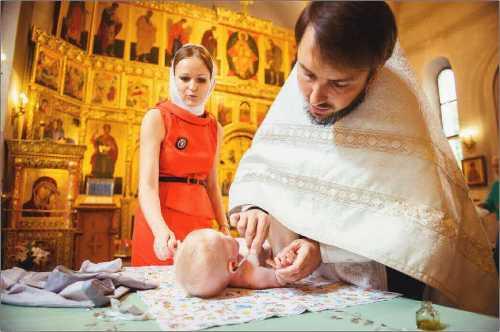 крестят в церкви ребенка