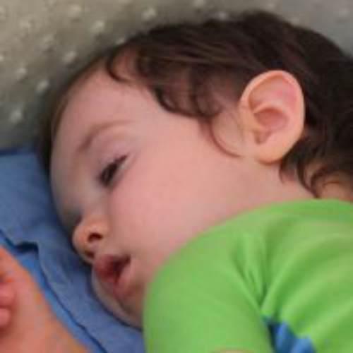 почему ребенок спит с незакрытыми глазами