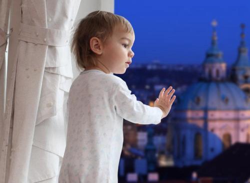 почему ребенок может спать с приоткрытыми глазами