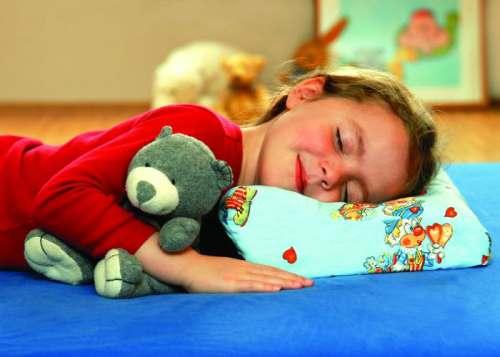 ребенок спит с глазами полуоткрытыми