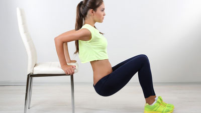 спортивная тренировка со стулом в домашних условиях