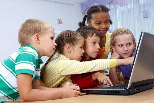 ребенок проводит время за компьютером
