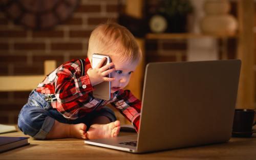 маленький ребенок за компьютером