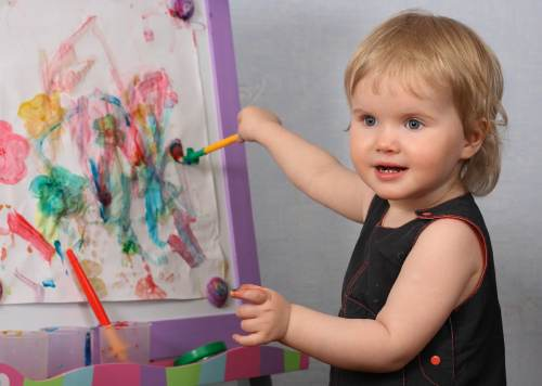 рисует ребенок с года