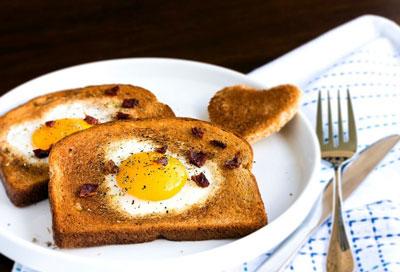 Быстрый завтрак для школьника: тосты с яйцом