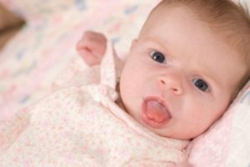 почему ребенок высовывает язык