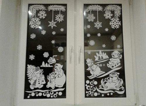 красивое окно с бумажными рисунками