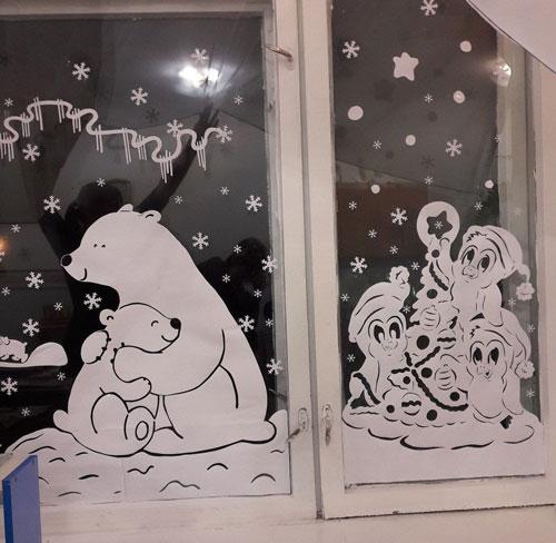 красивое окно с бумажными рисунками 2