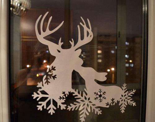 красивое окно с бумажными рисунками 4