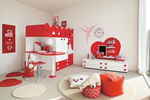 детская комната в красных цветах