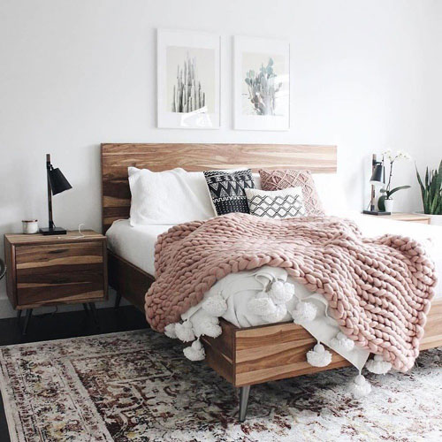 фото интерьера спальни в скандинавском стиле с деревянной кроватью