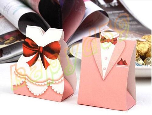 Мужская и женская упаковка подарка на новый год