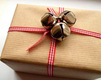 упаковка с колокольчиками подарка на новый год