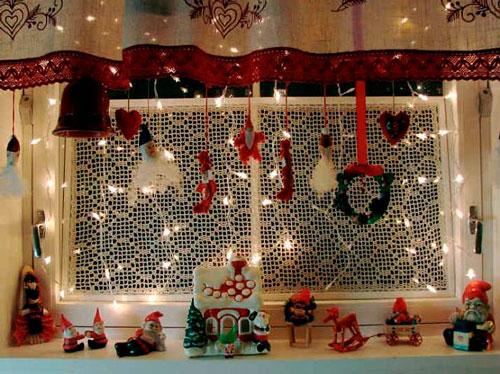 красиво украшенное новогоднее окно