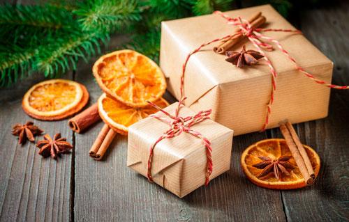 Как красиво упаковать подарки на Новый год с палочкой корицы