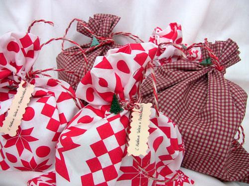 подарок упакован в ткань на Новый год