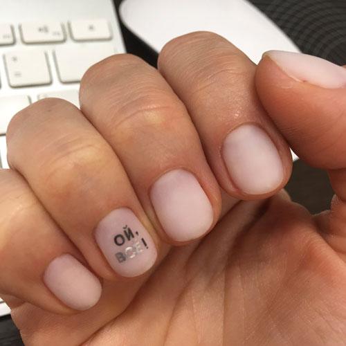 Маникюр с надписями на короткие ногти 3
