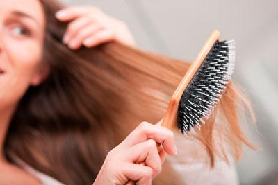 Можно ли расчесывать мокрые волосы после душа